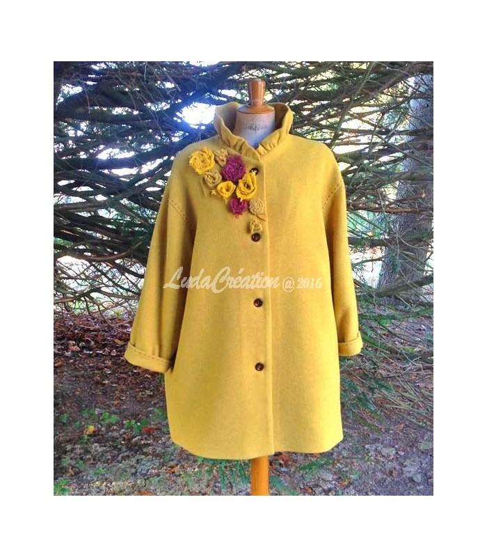 Top Manteau 3/4 femme, en laine jaune moutarde, col corolle, avec fleurs OI65