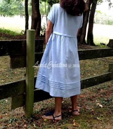 Robe mi longue en lin naturel couleur bleu clair ornée par les fleurs