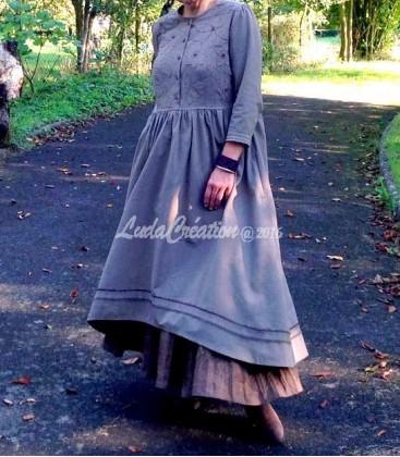 Robe Longue campagne d'antan grise esprit Amish avec son jupon couleur marron à dentelles vêtement créateur