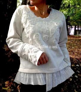 Pull femme en jersey coton doux couleur écru orné à la main par le motif fleuri
