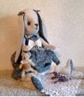 Lapine décorative Hélène avec son Doudou Ourson